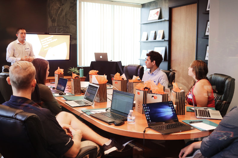 Meeting in a tech-supported meeting room